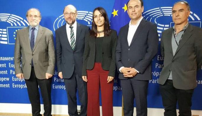 AP Başkanı Schulz, PKK kuryesi ile poz verdi
