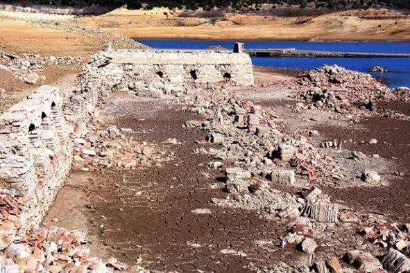 Baraj altındaki 300 yıllık köy ortaya çıktı