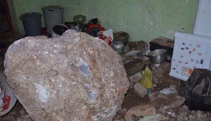 Evin üzerine kaya düştü