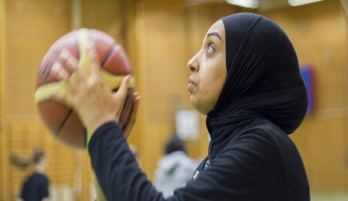 FIBA'ya başörtülü basketbolu kabul ettirdi