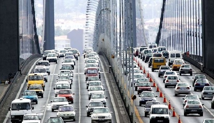 Köprüye bırakılan araç trafiğe neden oldu
