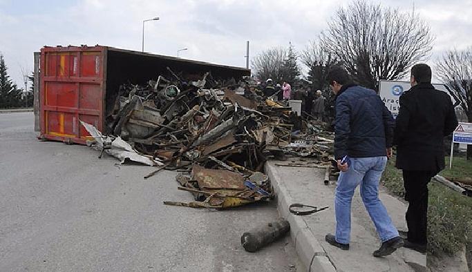 Sakarya'da hurda yüklü kamyon devrildi