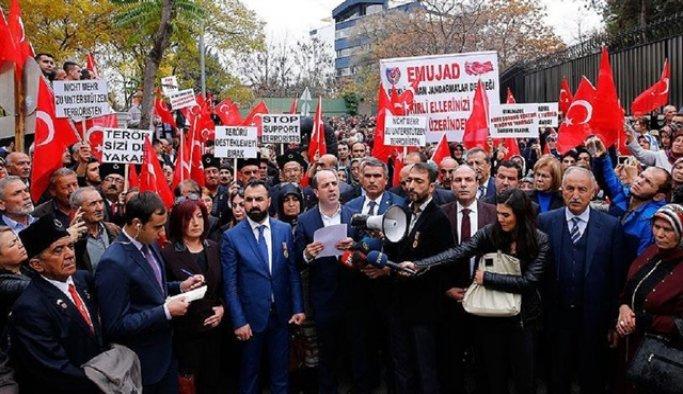 Şehit aileleri Fransa'yı protesto