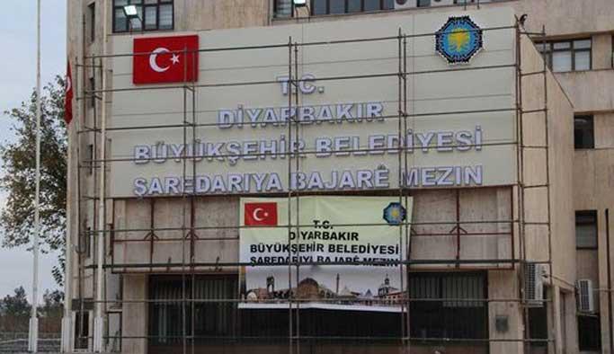 Diyarbakır Büyükşehir'in binasına bayraklı tabela