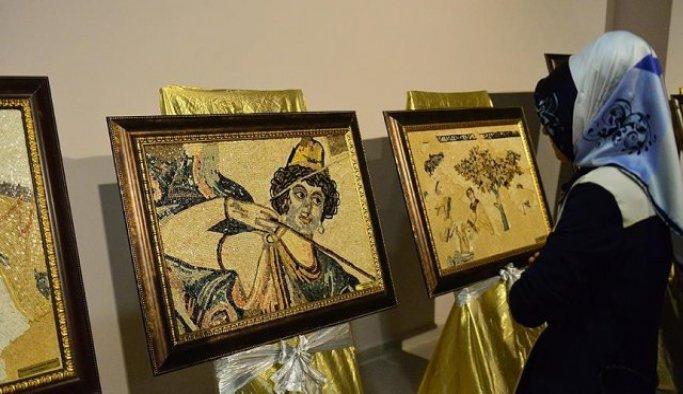 Mozaikler kadınların elinde tablolara dönüştü
