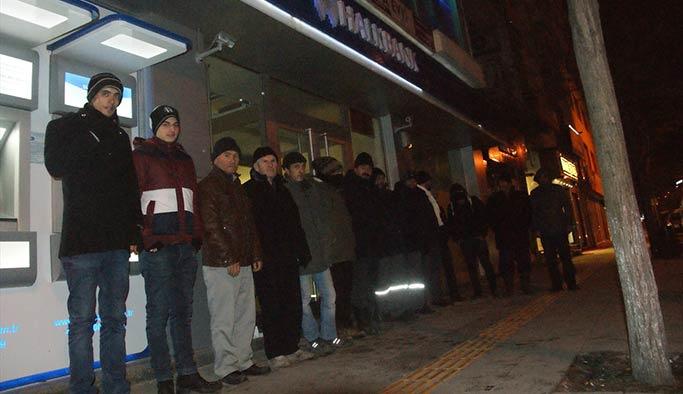 Ev sahibi olmak için dondurucu soğukta banka önünde nöbet