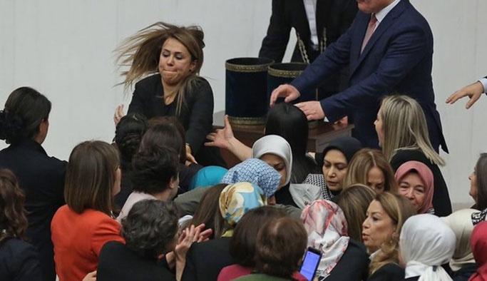 Mecliste bu kez kadınlar kavga etti
