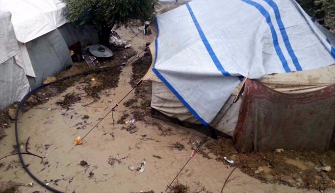 Sağanak Suriye'deki çadır kentleri vurdu