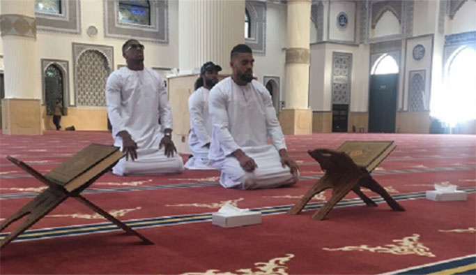 Şampiyon boksörün cami ziyaretine İslamofobik tepkiler