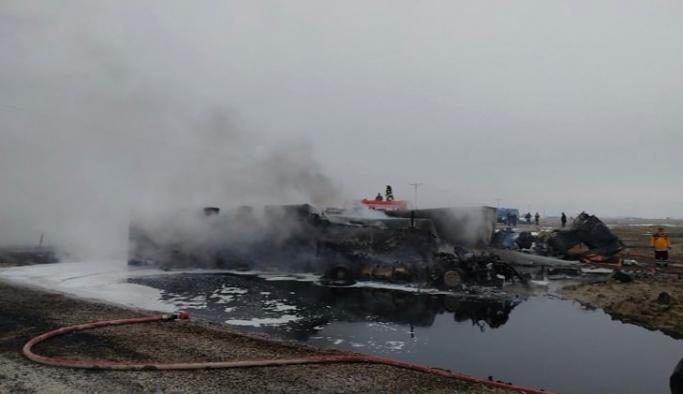 TIR ile çarpışan yakıt tankeri patladı