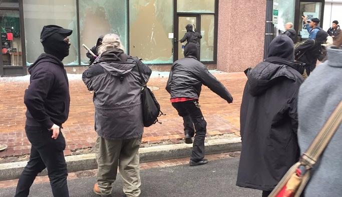 Trump Beyaz Saray'da, sokaklar karıştı!