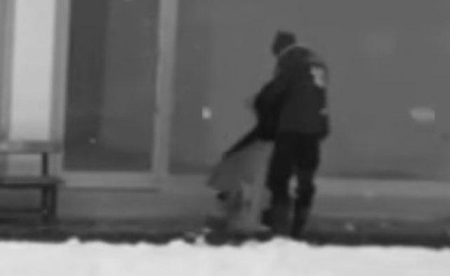 Üşüyen köpeğe montunu verdi VIDEO