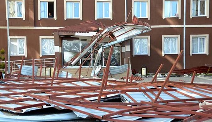 2 bin öğrencinin kaldığı yurdun çatısı çöktü