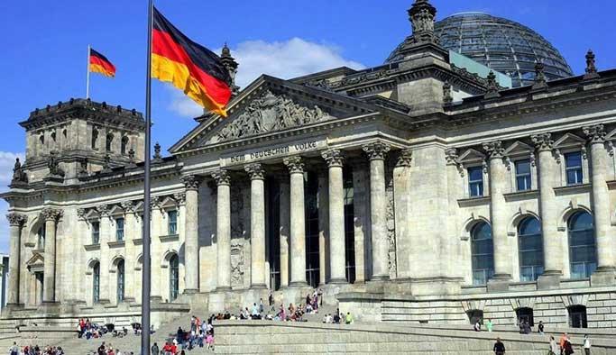 Rus çocuklara 'Alman meclis binasına saldırı' talimi