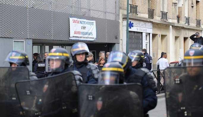 Fransız polisi postallarla camiye girdi, cemaati dışarı çıkardı