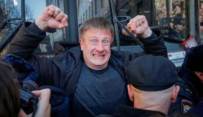 Putin en büyük muhalifini tutuklattı