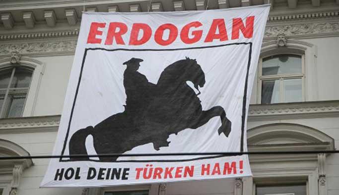 Viyana'daki Türk Büyükelçiliği'nde korsan eylem