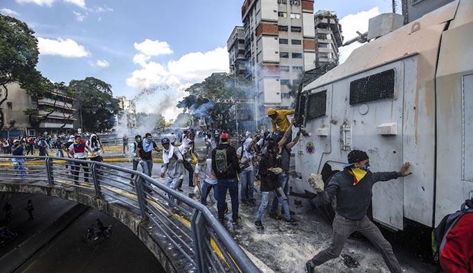 ABD yanlısı muhalifler Venezuela'yı karıştırdı