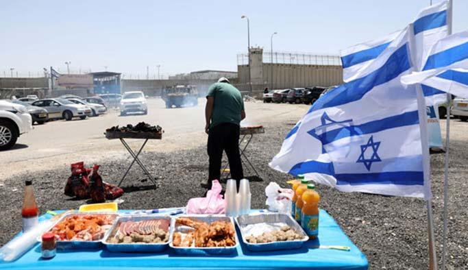 Açlık grevindeki Filistinlilerin önünde mangal partisi