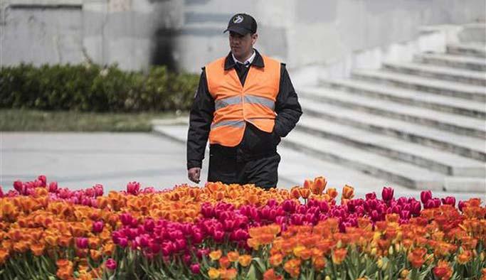 Taksim'de onlarca güvenlikçi 'lale nöbetinde'