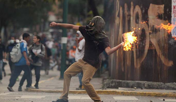 Venezuela ateşe sürükleniyor, ölü sayısı artıyor