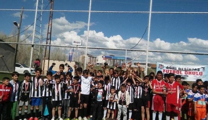 Ağrı'da turnuvanın şampiyonu Beşiktaş futbol okulu