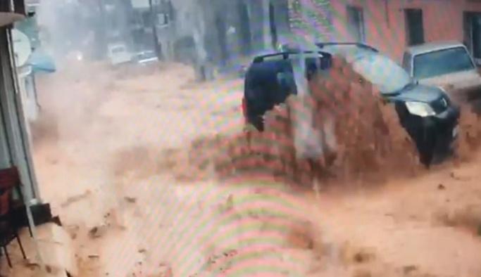 İzmir'de sel suları araçları sürükledi