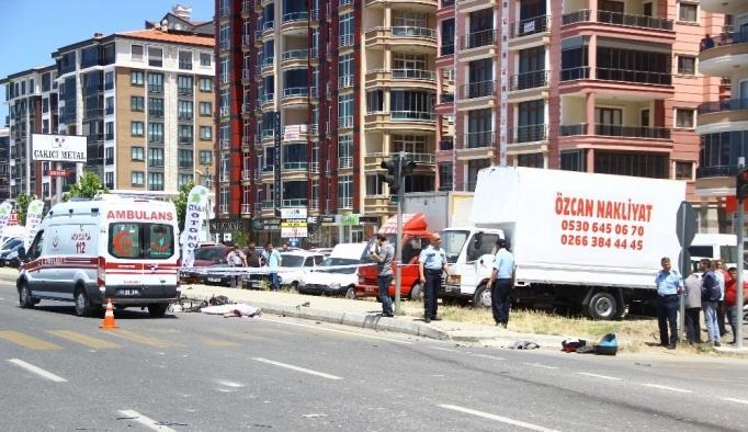 Mıcır kamyonu motosiklet sürücüsüne çarptı: 1 ölü