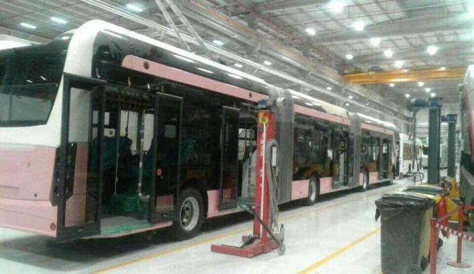 Pembe trambüslerin montajı yapılıyor