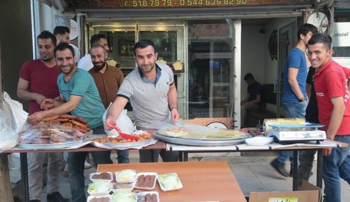 Silopi'de işlek caddelerde çiğköfte ve tatlı satışı