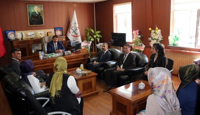 Sözleşmeli öğretmenlerden Milli Eğitim Müdürü Turan'ı ziyaret etti