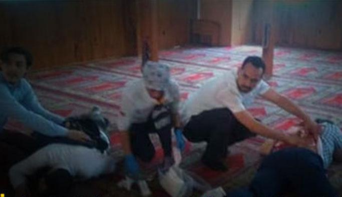 Bayram günü camide namaz kılanlara arkadan saldırı