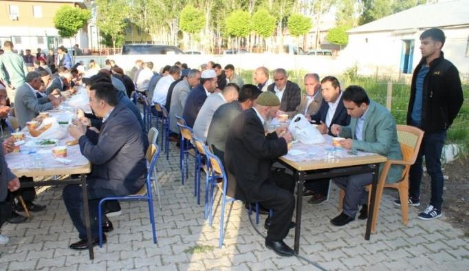 Çaldıran Belediyesinden Bayram Namazı sonrası vatandaşlara 'Gırar Sıbe' ikramı
