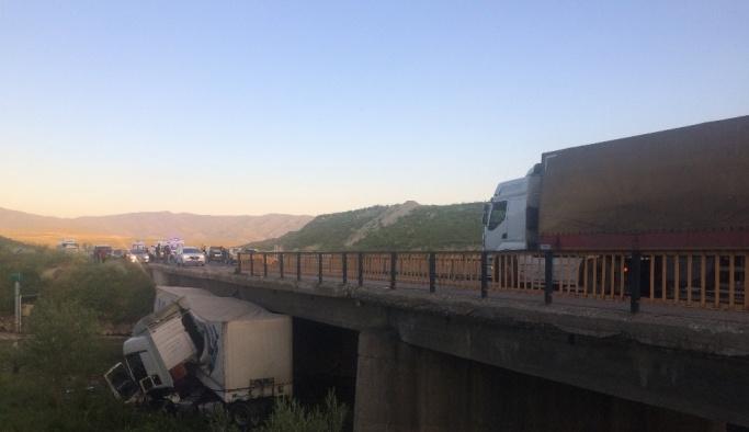 Erzurum'da tır köprüden uçtu: 1 yaralı