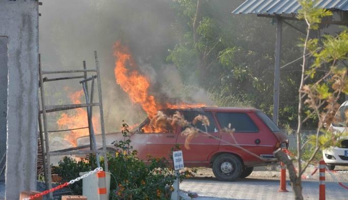 Hastane bahçesine park etmek istediği otomobili yandı