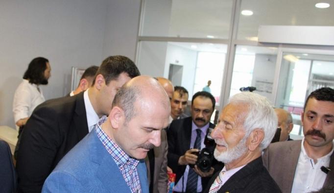 İçişleri Bakanı Soylu Trabzon'da vatandaşlarla bayramlaştı