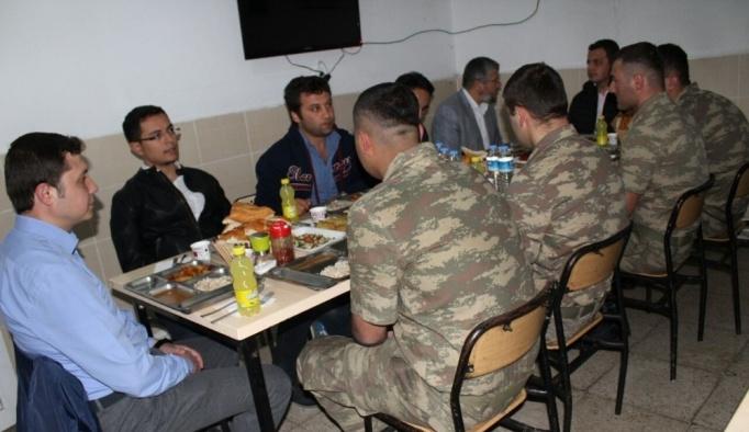 Kaymakam Dundar, Tendürek eteklerindeki askerle iftar açtı