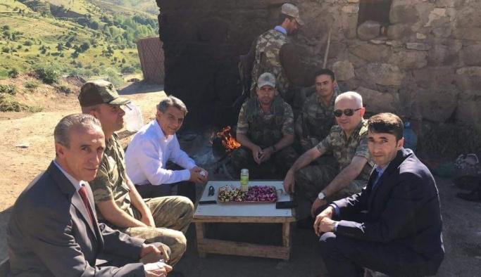 Kaymakam Özkan, Mehmetçikle bayram ziyareti