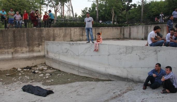 Kız çocuğu kucağında topla cesedi izledi