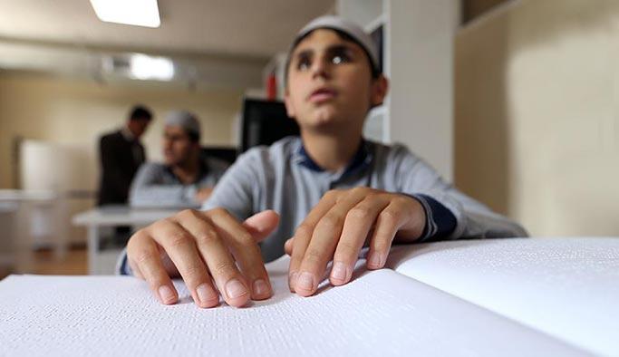 Kur'an-ı Kerim'i parmaklarıyla ezberliyorlar