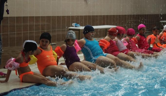 Minikler yüzme kursuna yoğun ilgi gösteriyor