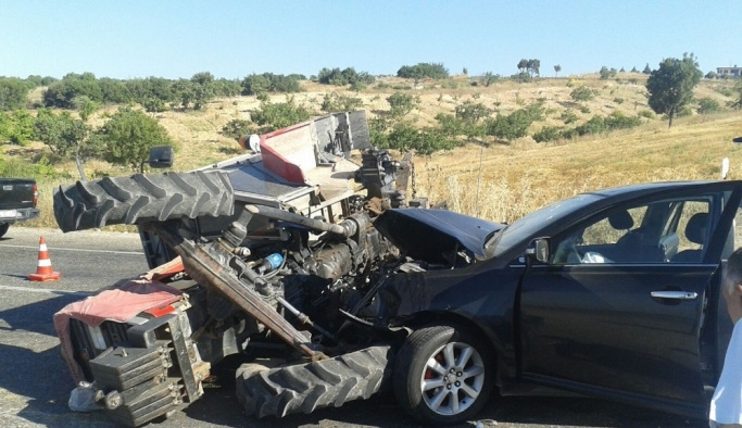 Otomobil ile traktör çarpıştı: 7 yaralı