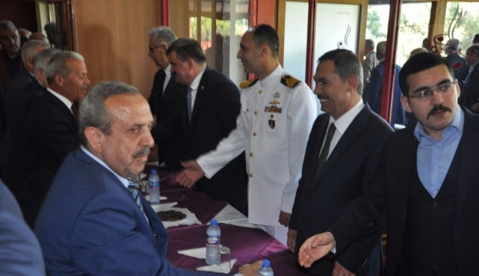 Protokol üyeleri ve halk AKM' de bayramlaştı