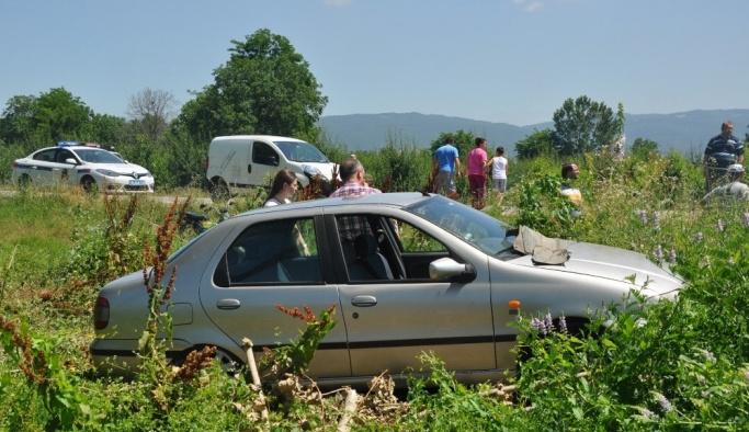 Yaralanan yakınlarını takip ederken ambulansa çarptılar