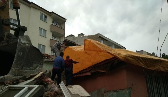 Yıkım yapılırken yandaki evin tavanı çöktü