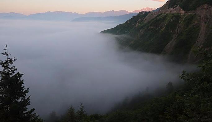 Artvin'de bulutların dağlarla dansı