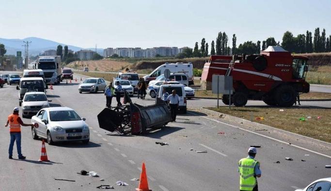 Biçerdöverle otomobil çarpıştı: 1 ölü, 4 yaralı