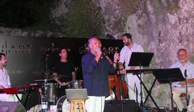 Fatih Erkoç, yeni albüm müjdesini Bergama'da verdi