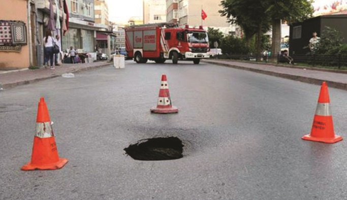 Fatih'te yol çöktü