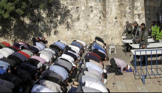 İsrail bugün de Mescid-i Aksa'nın girişinde toplananlara saldırdı